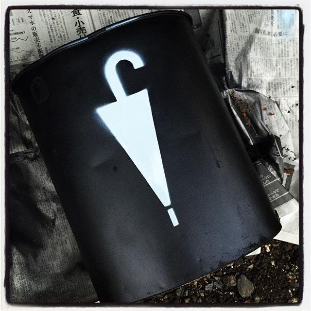 umbrella stand 長らくわが家のポリパケツが傘立ての代わりだったので 古いゴミ箱を再塗装してリサイクル^^ 子供の時に使っていた ディズニーのキャラクター柄のゴミ箱が いつの間にか雑物入れになっていたので せっかくなので塗装し直して再利用^^ わかりやすく[傘] マークをあしらって見した^^ #mountainmountain #nagasakabase #そんなあなたはスパイシー #mountainlife