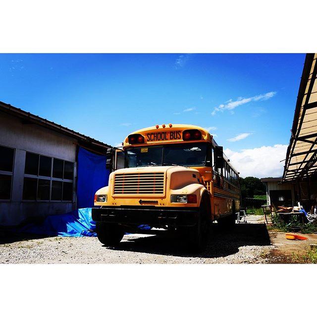school bus ホンモノのアメリカンなスクールバスはさすがの迫力^^デカイな!mountain*mountainの駐車場は貸切でないととめられないな^^; #mountainmountain #nagasakabase #そんなあなたはスパイシー#mountainlife #8mountainworks