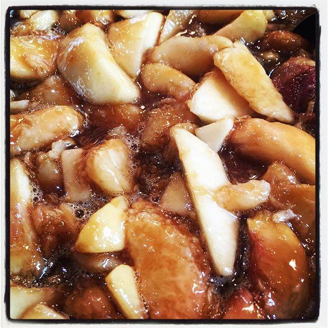 jam 樹上完熟の桃がたくさんあるので せっせと加工しています^^ まずはジャム^^ 桃に 甜菜糖とバニラビーンズをあわせてシンプルに^^ 煮込んで 瓶に詰めたてしばらくしたら食べごろに^^ #mountainmountain #nagasakabase #そんなあなたはスパイシー #mountainlife #peach  #jam #farmacy #peachpeach
