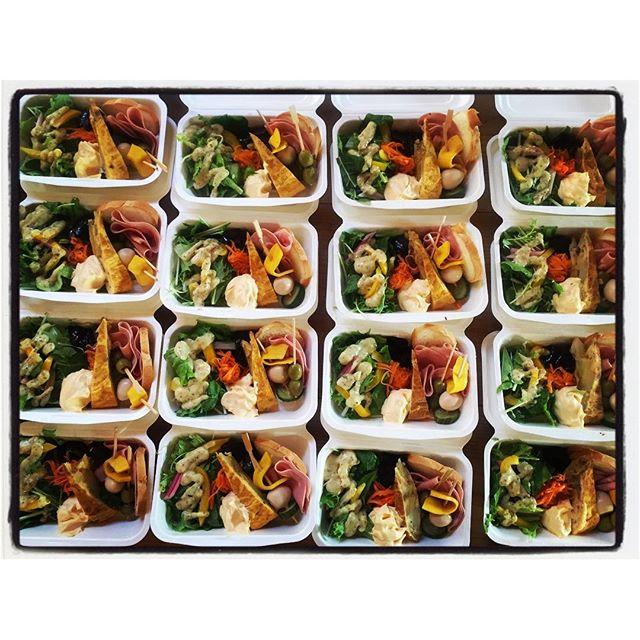 hors-d'œuvre パーティのお料理を担当させていただきました^^ 屋外でのパーティだったので サラダやオードブルを弁当箱に詰めさせてもらい いらした方々には受付で受け取ってもらう方式に^^ #mountainmountain #nagasakabase #そんなあなたはスパイシー #mountainlife