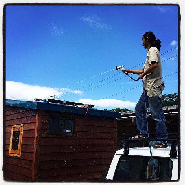 get a wash バスに続いて タイニーハウスも登場^^太陽光で充電前に ソーラーパネルを洗ってる^^ #mountainmountain #nagasakabase #そんなあなたはスパイシー #8mountainworks #mountainlife