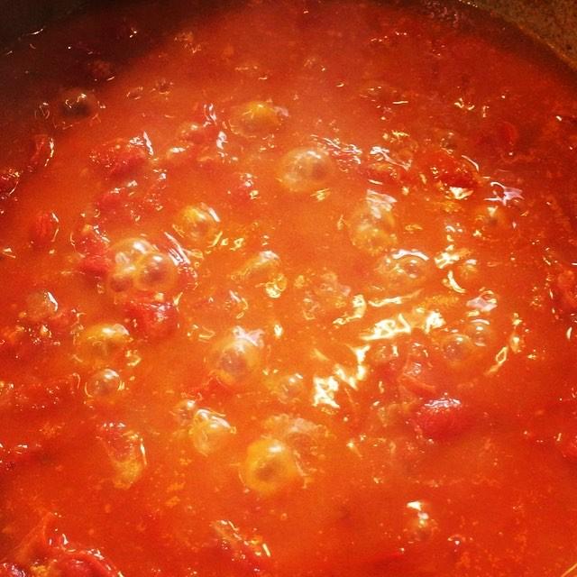 tomato source 美味しいトマトをたくさん^^ シーズン終わり 割れてしまってそのままでは使えないトマトをソースにするために煮込んでいます^^ 残念ながら煮込んでいくと その量どんどん少なくなっていきますが その分濃厚で美味しいソースへと^^ mountain*mountainにはトマトソースを使うメニューはまだないので今から考えないと^^; #mountainmountain #nagasakabase #そんなあなたはスパイシー #mountainlife #farmacy #tomatosauce