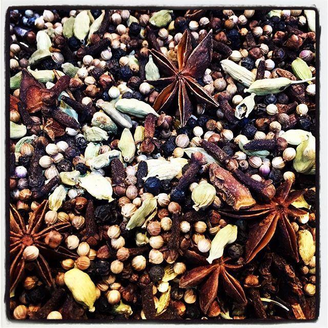 spice マサラチャイを仕込みました^^ mountain*mountainのmasala chaiは季節ごとに少しずつスパイスの配合を変えています^^ 季節が変わると 気温も変化して暑いと感じ 時には寒いと感じ^^暖かい季節には 体を温める作用があるとされるスパイスの量を減らし 寒い季節には増やす^^ masala*mountainのマサラチャイはそんな感じ^^ #mountainmountain #nagasakabase #そんなあなたはスパイシー #mountainlife #farmacy #masalachai