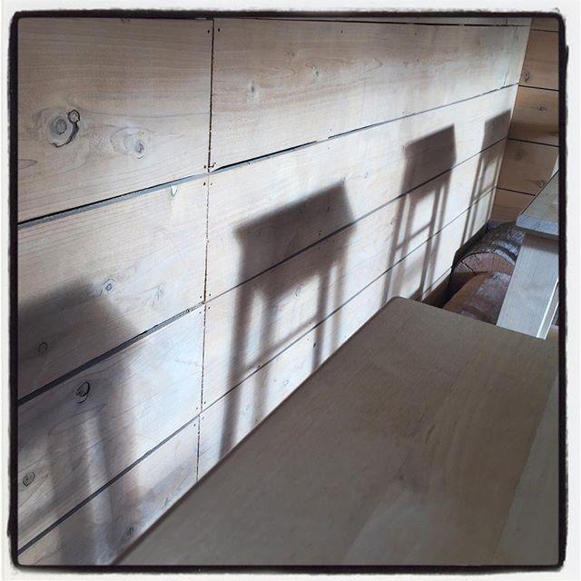 shadow 冬の陽射し^^カウンターの奥まで 日が射してカウンターの椅子の影がのびる^^ #mountainmountain #nagasakabase #そんなあなたはスパイシー #mountainlife