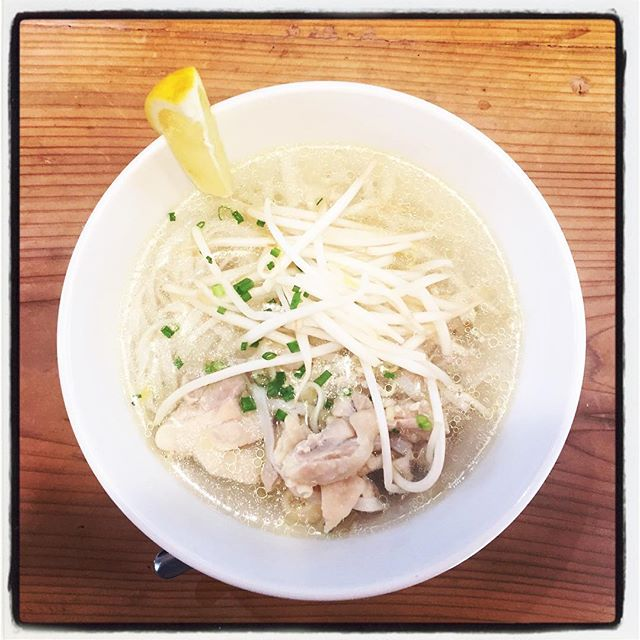 pho ga 本日のまかないは ヴェトナム・ハノイ式のフォー^^ あっさりとしたスープにシンプルな具材で^^ ハノイのフォーの特徴はシンプル。南のサイゴンとは一味違う本場の味です^^ レモンを絞り お好みでチリソースを!スープも最後まで飲み干せますよ^^ #mountainmountain #nagasakabase #そんなあなたはスパイシー #mountainlife #pho