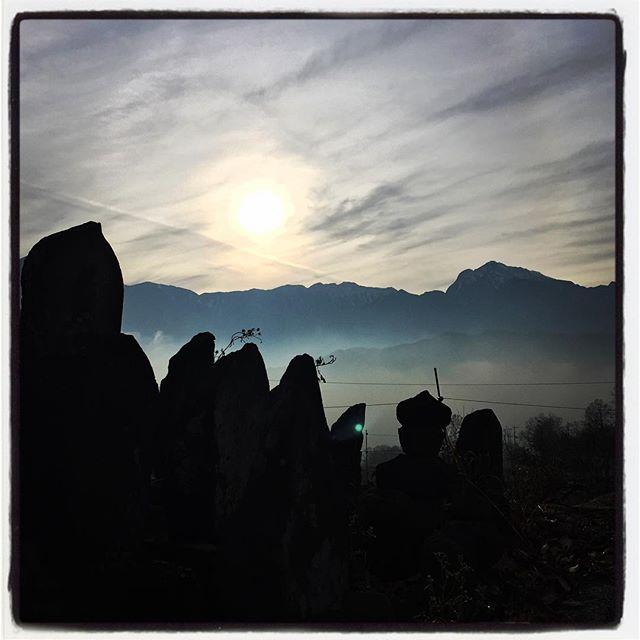 cloud sea & mt.kaikoma朝からの濃い靄は夕方まで残って雲海のように広がっていました^^ 甲斐駒と道端の道祖神と#nagasakabase #mountainmountain #そんなあなたはスパイシー