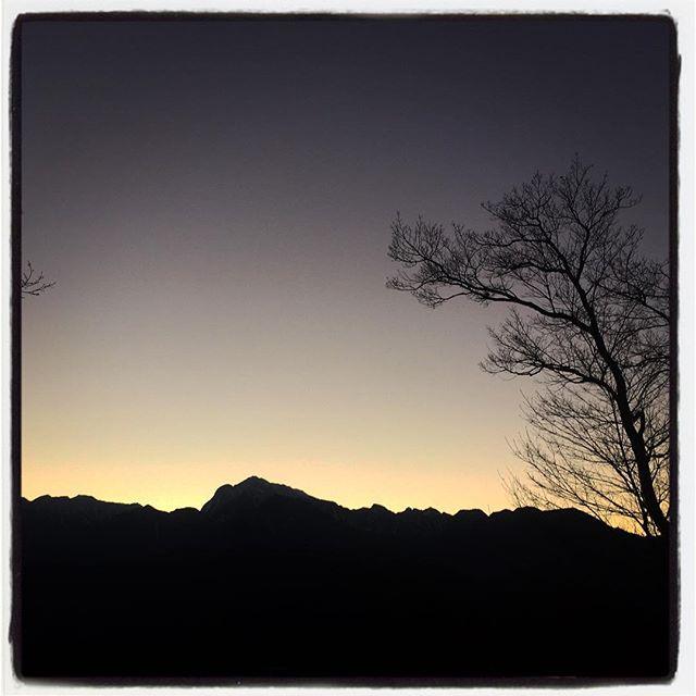 outline 寒い日の夕暮れは 空気が澄んでいるのか稜線までくっきり^^ 寒さと 綺麗さといろいろと沁みる^^ #nagasakabase #mountainmountain #そんなあなたはスパイシー #outline