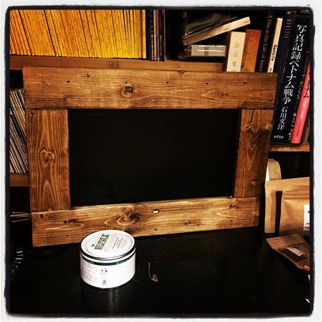 put TV set into a frame 譲ってもらった小型のテレビに これまた2×4材でチープに額縁^^ それを briwaxという塗料? ワックス?で着色^^とりあえず 一度塗りまで完了^^ あとは重ねて好みの色に!#mountainmountain #nagasakabase #そんなあなたはスパイシー #mountainlife #diy #briwax