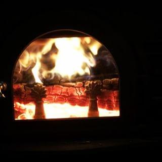 stove 冬は床暖が入っているので 薪ストーブをつける回数は思いの外少ないのですが 雪の日はなんとなく それだけで暖かになるので^^ 今は Tシャツ 一枚^^; #nagasakabase #mountainmountain #そんなあなたはスパイシー #mountainlife #stove #薪ストーブ