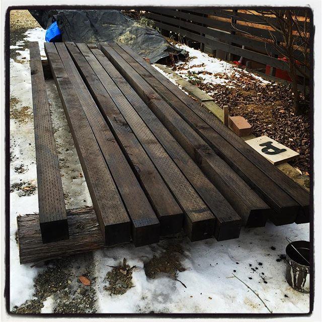 preservative painting 昨日と今日はペンキ塗り^^正確には 防腐処理^^ デッキの柱材になる部分なので もともと防腐処理してある材に カラーリングも兼ねてさらに防腐材を塗る作業^^ 朝 気温が低かったので 外に置いてあったいろんなものが凍りついていた^^; この後 2度塗りへ#nagasakabase #mountainmountain #そんなあなたはスパイシー #mountainlife #diy