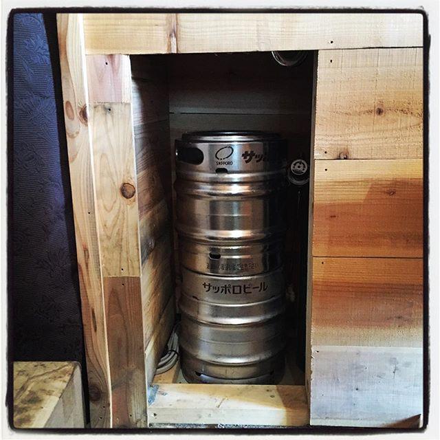 barreled beer 生ビールの樽を置くスペースを 変更^^ バックヤードに置いていた樽や炭ガスをキッチンからすぐにアクセス出来て 尚且つ目立たない様位置に変更するために 壁の一部をぶち抜いて 収納スペースへと^^ まだまだ続く プチ改装^^ #mountainmountain #nagasakabase #そんなあなたはスパイシー #mountainlife #diy #生樽