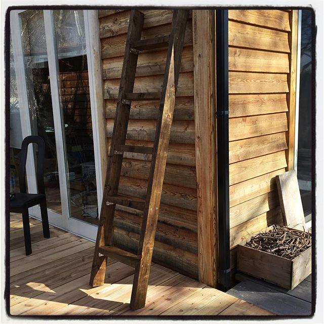 bar-hopper デッキの反対側に梯子^^ 階段を設置するほどではないけれど 何かの時に昇り降り出来るようにと 2×材で簡単に^^ 防腐処理して ワックスで色付けして完成^^ #nagasakabase #mountainmountain #そんなあなたはスパイシー #diy #barhopper #mountainlife