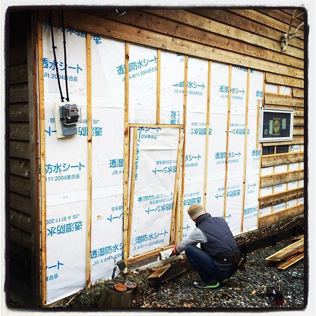 tear down ヤット工事開始のゴーが出たので傷んだ箇所を剥がして今はこんな感じ^^; あれだけ苦労して貼った外壁もバキバキと^^; 明日から本格な作業が始まります^^ 基礎がいってるのでそこからリペアです^^ #mountainmountain #nagasakabase #そんなあなたはスパイシー #mountainlife #teardown #解体中