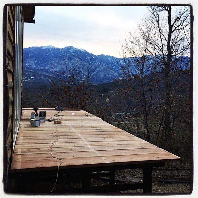 wood deck 昨夜遅くまでの塗装作業の甲斐もあり 今朝から一気に組み立て作業^ ^土台部分を組み上げて 水平出したり 金具入れたりして その上に根太渡して デッキ部分は 事前に用意しておいた足場板わ一気に^ ^土地が傾斜地なので 高いとこは 2500㎜位あるので 一人で支えながらの作業は案外キツイ^ ^; おかげさまで絶賛筋肉痛^ ^;明日とか明後日じゃなくてよかった^ ^明日 細かい作業をしたら取り敢えず完成^ ^#nagasakabase #mountainmountain #そんなあなたはスパイシー #mountainlife #wooddeck #diy