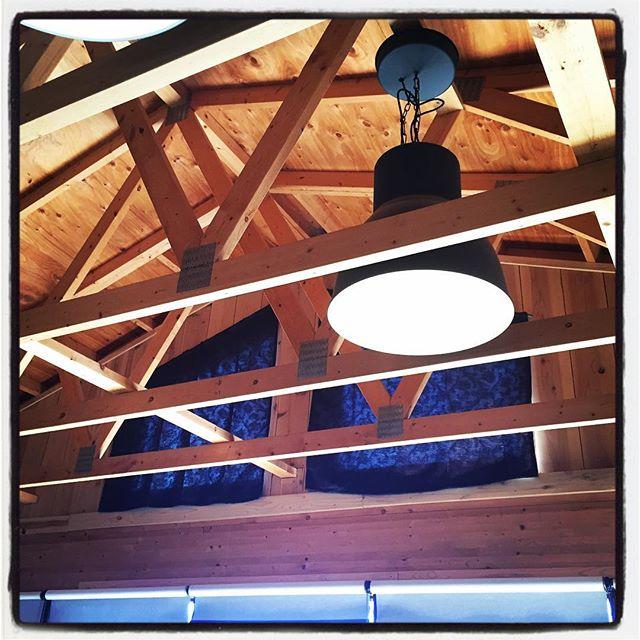 curtain 南側の上窓にカーテンをつけました^^ 冬の陽射しは低くて店の奥まで入ってしまい お客さんにはちょっと眩しかったので^^ 窓の形に合わせて台形のカーテンを縫ってもらい レール代わりに鋼材をカットして使用^^ 陽射しがもう少し高くなるまではこの仕様で行きます^^ #mountainmountain #nagasakabase #そんなあなたはスパイシー #mountainlife #diy #curtain