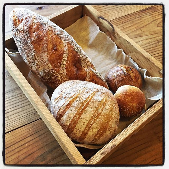zelkowa 朝一番で白州・台ヶ原のゼルコバさんへパンを仕入れに^^ 焼きたての香ばしい香りと温かさが食べたい衝動をかきたてる^^; バケットは夜の予約のお客様用に^^ #mountainmountain #nagasakabase #そんなあなたはスパイシー #mountainlife #zelkowa