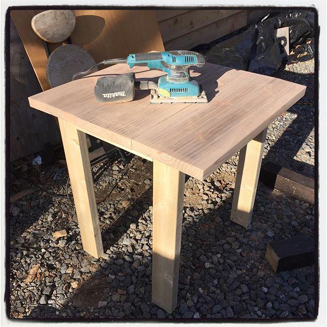 woodcrafter 折りたたみこ椅子をリペアした勢いで お店のテーブルを2卓作る^^ もしかしたら 置くと狭くなってしまうかも知れない^^; 店で使っているテーブルは コストパフォーマンス最高のカンタンシンプルな作り^^ 足場板一枚と2×4材一本とビスのみで出来ている^^ サンダー掛けて取り敢えず置いてみる^^; #mountainmountain #nagasakabase #そんなあなたはスパイシー #mountainlife #diy #woodcrafter #table