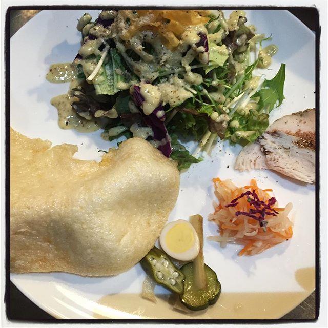 appetizer 最近の前菜はこんな感じ^^ サラダは その時々で野菜がかわります^^リーフレタス、ルッコラ、ほうれん草、わさび菜、水菜、新タマ、ムラサキキャベツなどなど^^ 自家製鶏胸肉のスパイシーハム^^自家製のハーブソルトにつけ込んだ鶏胸肉でしっとりハムを仕込んでいます^^ 人参と大根のヴェトナム式なます^^トッピングは 農家さん手作りの激ウマ切干大根^^ 定番・自家製ピクルス^^こちらもその時々でかわります^^ 巨大えびせん!メインの前にこちらでしばしお楽しみください^^ 甲殻類アレルギーの方には えびせんを インドの豆をベースとしたパパドに変えてお出ししておりますので スタッフまで^^ #mountainmountain #nagasakabase #そんなあなたはスパイシー #mountainlife #appetizer