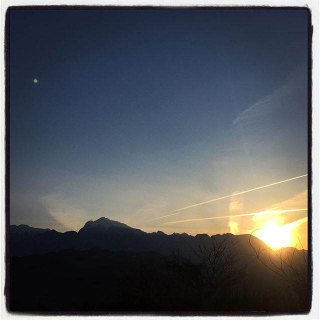sunset view ぽかぽか陽気の一日の締めくくりも綺麗な夕焼^^ 食材の仕入れをしてから 明野の農家さん farm in handsさんで 柴犬のあずきに遊んでもらい 荷物を置いてその足で 白州の奥で平飼いの養鶏をしている roosterさんへ^^食材と生産者さんを巡る一日でした^^ #mountainmountain #そんなあなたはスパイシー #nagasakabase #mountainlife #rooster #farminhands
