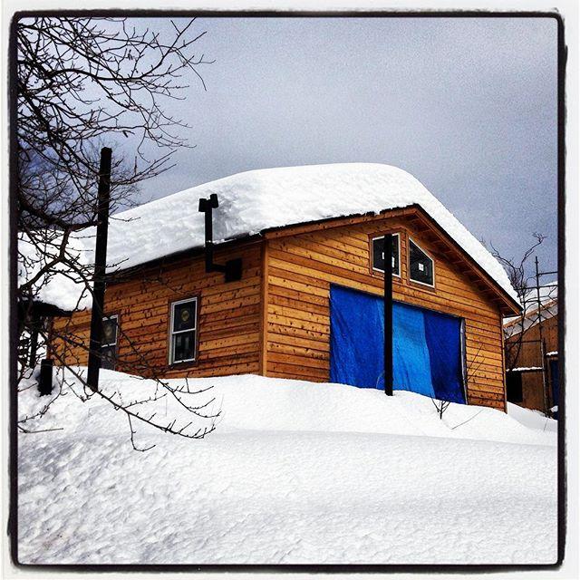 No kidding!? いやーよく降ったなーほんとによく降ったー嘘みたいに降ったなーてもmountain*mountainは休まないので安心して来てください^^ 3日も前から雪かきしてたかいがあったなー^^; #mountainmountain #nagasakabase #そんなあなたはスパイシー #Nokidding #mountainlife #Aprilfools