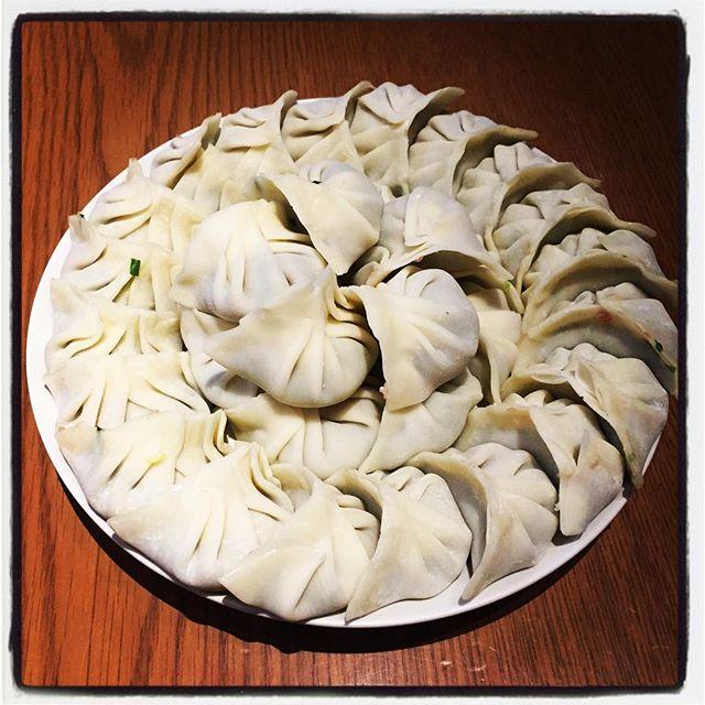 dumpling 餃子といえば 水餃子^^焼き餃子をここまで食べるのは日本くらいで 水餃子や蒸し餃子(飲茶なんか)を食べる方が多い^^ ラーメンも担々麺も 日本で独自に進化した料理で 焼き餃子も^^ 餃子にご飯やチャーハンは食べないし^^;餃子定食は理解されにくいかも^^; うちでは餃子と言えば 水餃子^^昔からそうだった^^ 水餃子を食べるときは 鍋にお湯を沸かし ひたすら水餃子だけを食べる^^数十個、時には百越えの餃子をひたすら包んで そして食べる^^ 最近は時間ないので 市販の皮を使ってますが 本当は皮から作ると最高^^ 誰か作ってくれて 食べるだけならもっといい^^; 餃子にニンニクは入れない^^中国圏では 餃子齧りながらが多いが これは真似しづらい^^; #nagasakabase #mountainmountain #そんなあなたはスパイシー #dumpling #餃子 #水餃子