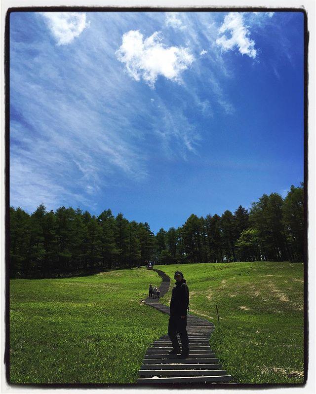 guess who !逆光なので顔は写らず^^; ても空と雲はいい感じ^^ #mountainmountain #nagasakabase #そんなあなたはスパイシー #mountainlife #入笠山 #trekking #誰だおまえ
