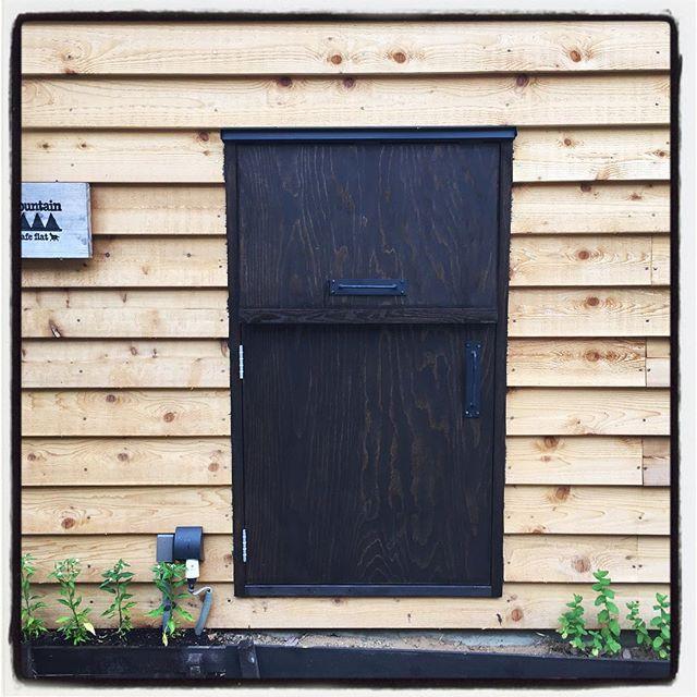 re-painting 昨日塗ったドアを さらに上塗り^^ 色が濃くなっていい感じになった^^ #mountainmountain #nagasakabase #そんなあなたはスパイシー #mountainlife #repainting