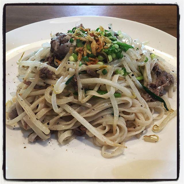 pho xao bo 今日の賄いは ヴェトナムより フォーで作った焼きそば^^pho xao bo = フォー サオ ボー^^pho は お米で作った麺で xao は炒めるで bo は牛肉^^なので今日のpho xaoは 牛肉の焼きそばでした^^ 日本では ヴェトナムの麺と言ったら フォーなのですが 実はものすごく種類豊富で美味しいのです^^ #mountainmountain #nagasakabase #そんなあなたはスパイシー #mountainlife #pho #phoxao #phoxaobo