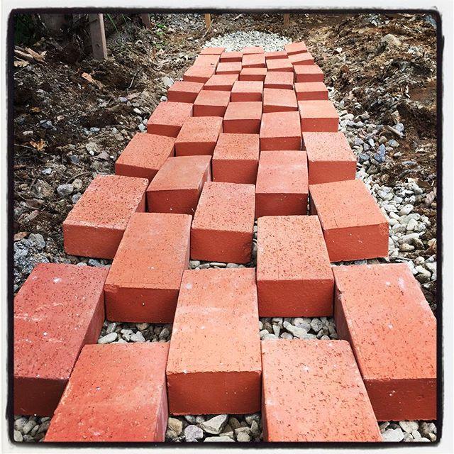 clay paving 砂利を敷いて転圧して レンガを試し置き^^ 暑い 熱い^^; すでに本日2度のお色直しをした^^; #nagasakabase #mountainmountain #そんなあなたはスパイシー #mountainlife #claypaving #レンガ