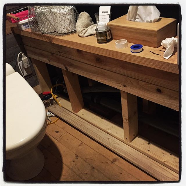 rush 配水管まで弄ったので 洗面所は未だにこんな感じのまま^^; とりあえず漏水はしてない様なのでこれから塞ぐ^^ 明日は 11時30分からオープンしてます・・たぶん^^; #mountainmountain #nagasakabase #そんなあなたはスパイシー #mountainlife #rush #突貫工事