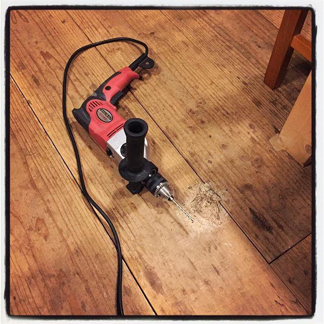 drill a hole 本日 最後の作業^^ 暴れているmountain*mountainの床を少しだけなだめています^^; 振動ドリルで下穴を開け直しビス止め^^ 暴れすぎの何枚かを押さえてみました^^ #mountainmountain #nagasakabase #そんなあなたはスパイシー #mountainlife #drill