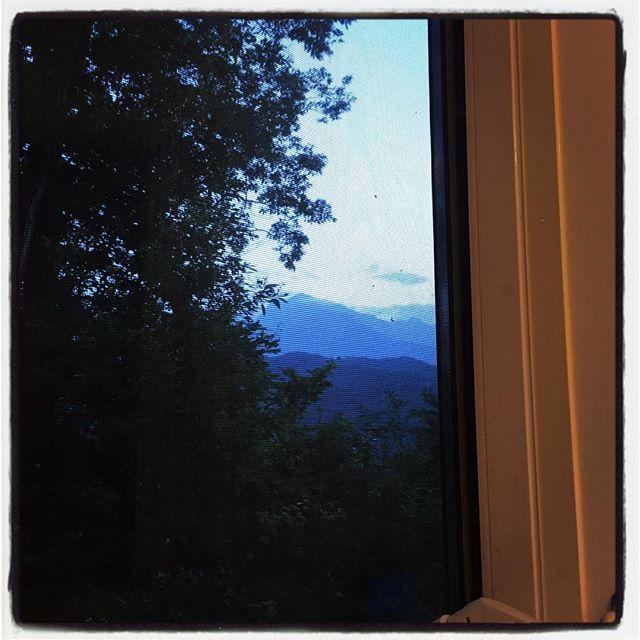hog a bathroom ひと仕事 ふた仕事・・六か七仕事くらいしたので 明るいうちからお風呂^^ 家を建てた時に お風呂に浸かりながらアルプスの山々が見えるようにと窓を大きくしてもらったのですが いざ住んでみると 明るいうちにはなかなか入らなかったので 今日は久しぶりに夕景の甲斐駒ヶ岳など見ながら^^ #nagasakabase #mountainmountain #そんなあなたはスパイシー #mountainlife #hogabathroom #bathroom #甲斐駒ヶ岳