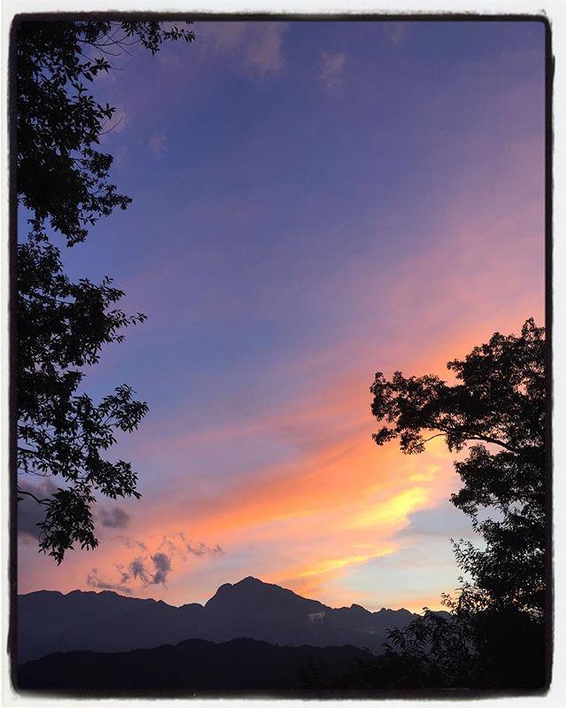 color 今日は夕陽が綺麗だった^^窓からの夕景^^ #nagasakabase #mountainmountain #そんなあなたはスパイシー #mountainlife #夕焼 #甲斐駒ヶ岳
