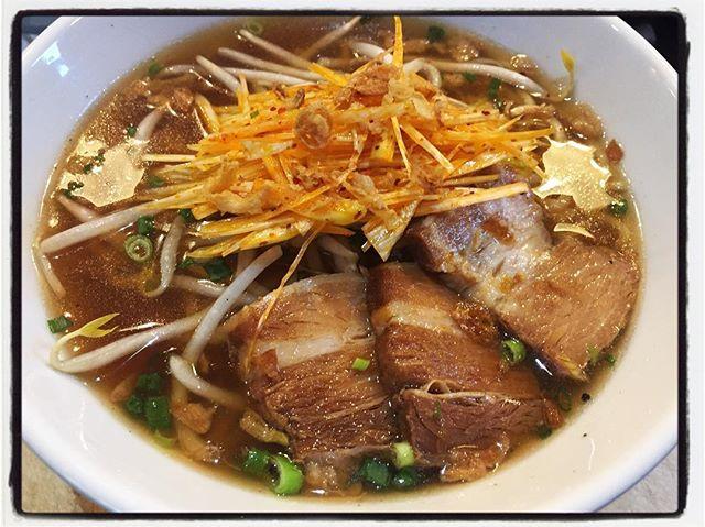 hot soy source noodle 醤油ダレに胡椒を効かせ トッピングは 自家製のチャーシューと ピリ辛の白髪葱^^ #mountainmountain #nagasakabase #そんなあなたはスパイシー #ラーメン