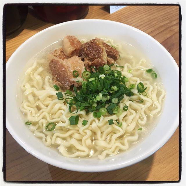 okinawa soba 本日の m*m setは沖縄そば^^ サラダ・自家製ピクルスに巨大えびせん・デザートにドリンクまでついております^^ 写真は 麺大盛り!#mountainmountain #nagasakabase #そんなあなたはスパイシー #mountainlife #沖縄そば #okinawa #okinawasoba