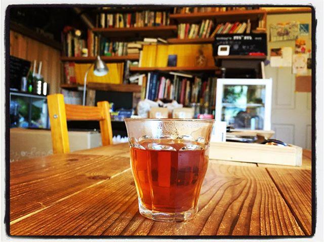 tabicha 本日のwelcome tabichaは Uva(ウバ)^^ ウバ茶は ダージリン・キーマンと並ぶ世界三大紅茶のひとつで スリランカ・ウバで栽培、生産されている紅茶^^ 爽やかで芳醇な香りと 若干の渋みが特徴^^ welcome tabichaとして飲みやすいように 若干マイルドに入れてあります^^ 今日は陽射しもあり暖かなので お茶とお水どちらでもお選びいただけます^^ #お茶を飲みながら旅気分 #そんなあなたはスパイシー #mountainmountain #nagasakabase #mountainlife #uva # tabicha