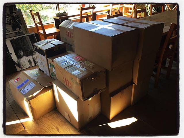 books boxs 段ボール箱いっぱいの本たちをどうする^^; #そんなあなたはスパイシー #mountainmountain #nagasakabase #mountainlife #books #段ボール箱いっぱいの本 #本棚