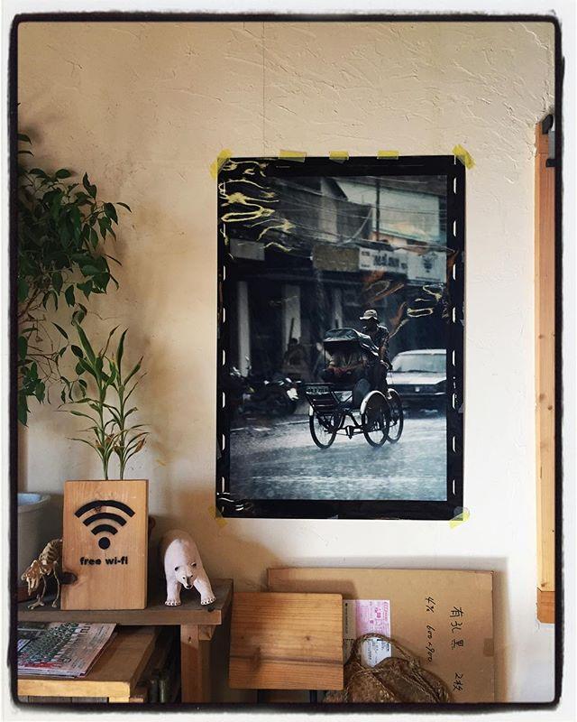photographer...before 壁の写真が変わりました︎ 90年代 雨のサイゴンを走るシクロの写真です︎ #mountainmountain #nagasakabase #mountainlife #そんなあなたはスパイシー #photographer #vietnam