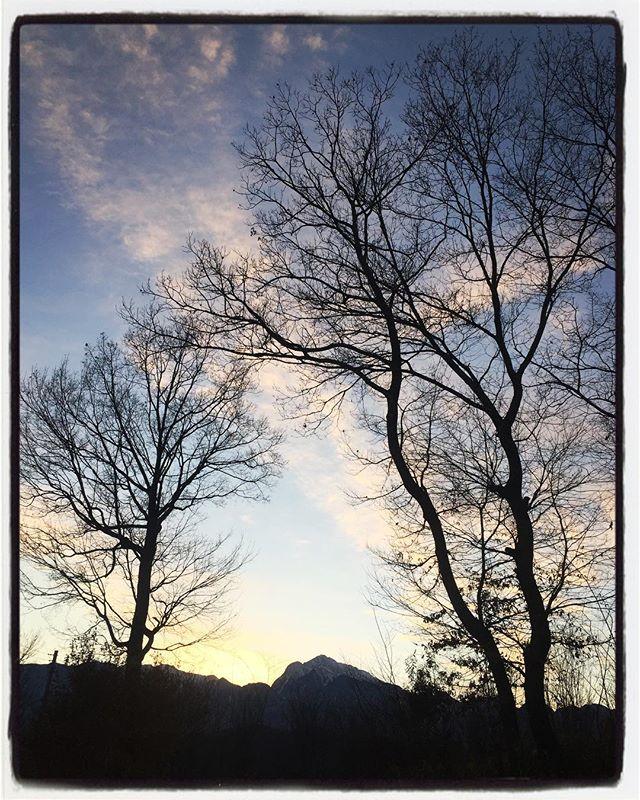 2017/12/18 sunset 昨日の夕暮れ︎ 空気がキリッとしているから 山もくっきり︎ #mountain #mountain mountain #nagasaka #nagasakabase #yatsugatakebase #yatsugatake #そんなあなたはスパイシー #山梨 #北杜 #移住 #定住 #旅人 #vagabond #料理人 #chef #photographer #cameraman #カメラマン #写真家 #japan #food #料理 #foodpic #foodstagram #foodie #restaurant #kitchen #stories