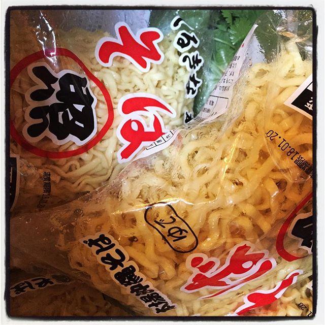 okinawa soba 沖縄より 沖縄そばが大量に入荷︎ 本日の m*m セットは 沖縄そば︎ サラダ、えびせん、自家製ピクルスに ドリンクと マンゴーゼリーと沖縄そばがついて ¥1,000︎ 麺はいつもお世話になってます! 照喜名製麺所さんのおそばに 自家製の豚バラ煮込と出汁の効いたスープで!#mountain #mountainmountain #nagasaka #nagasakabase #yatsugatakebase #yatsugatake #そんなあなたはスパイシー #山梨 #北杜 #移住 #定住 #旅人 #vagabond #料理人 #chef #photographer #cameraman #カメラマン #写真家 #japan #food #料理 #foodpic #foodstagram #foodie #restaurant #kitchen #stories