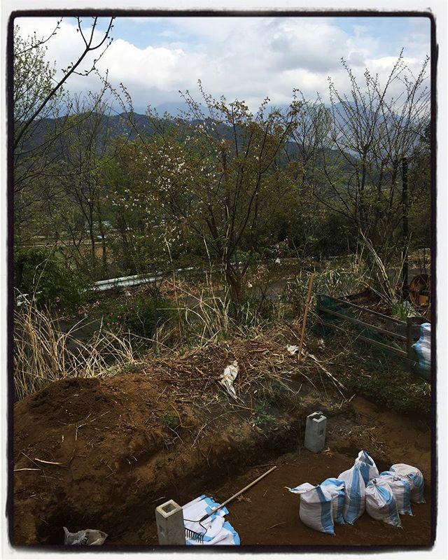 under construction 外は工事中ですが 本日は通常営業しております︎ 遺跡の発掘現場のような感じの外の様子を見ながらお食事できます︎ 今日と明日 営業しておりますので是非!#mountain #mountainmountain #nagasaka #nagasakabase #yatsugatakebase #yatsugatake #そんなあなたはスパイシー #山梨 #北杜 #移住 #定住 #旅人 #vagabond #料理人 #chef #photographer #cameraman #カメラマン #写真家 #japan #food #料理 #foodpic #foodstagram #foodie #restaurant #kitchen #stories
