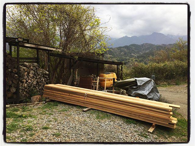 lumber 材木屋さんに頼んでいた 足場板サイズの板が到着︎ 結構な枚数に︎ 県内さんの杉を伐採・乾燥・製材した 地産地消の材︎ 明日は さらに建材が届く予定^^; #mountain #mountainmountain #nagasaka #nagasakabase #yatsugatakebase #yatsugatake #そんなあなたはスパイシー #山梨 #北杜 #移住 #定住 #旅人 #vagabond #料理人 #chef #photographer #cameraman #カメラマン #写真家 #japan #food #料理 #foodpic #foodstagram #foodie #restaurant #kitchen #stories