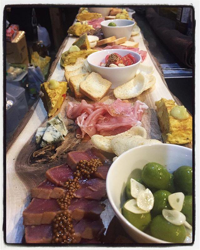hors-d'œuvre ご予約いただいたお客様の前菜盛り合わせ︎ くるみの木で作った 長いプレートに色々と盛り合わせて︎この日のメニューは・桃のサラダ・前菜プレート(写真)・スパイシーフライドポテト・冷静コーンスープ・ソフトシェルシュリンプのガーリックグリルとタイ式さつま揚げ・和牛ローストビーフ丼・ガトーショコラのバースデーケーキをご用意させていただきました︎ 前菜プレートには 生ハム・オリーブのマリネ・トマトとにんにくピクルス・プルーチーズとラスク・えびせん・スペインオムレツトルティージャテント・漬けマグロのカルパッチョなどを盛り合わせ︎ こんな感じのお料理も ご希望に合わせてお作りしています︎ #mountain #mountainmountain #nagasaka #nagasakabase #yatsugatakebase #yatsugatake #そんなあなたはスパイシー #山梨 #北杜 #移住 #定住 #旅人 #vagabond #料理人 #chef #photographer #cameraman #カメラマン #写真家 #japan #food #料理 #foodpic #foodstagram #foodie #restaurant#kitchen #stories