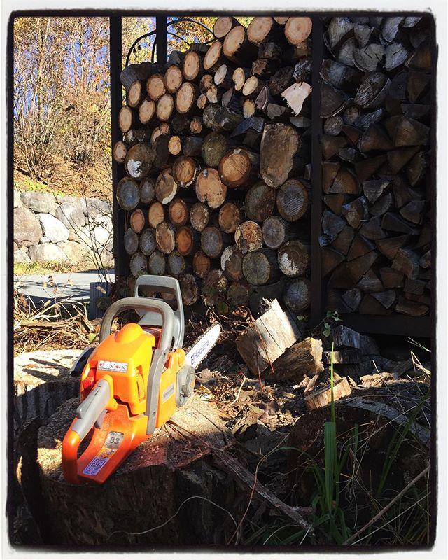 firewood 定休日+2日間お休みして 夏の間に出来なかったことと本格的な冬が来る前にやっておきたかったことを片付ける︎ 薪割り・たま切りに草刈と作物の後片付け、落ち葉掃除に枝の剪定︎中庭の片付けと デッキ下の工事に 駐車場の整備などなど︎ おかげさまで 駐車場 スペースが2台分増えました^^ #mountain #mountainmountain #nagasaka #nagasakabase #yatsugatakebase #yatsugatake #そんなあなたはスパイシー #山梨 #北杜 #移住 #定住 #旅人 #vagabond #料理人 #chef #photographer #cameraman #カメラマン #写真家 #japan #food #料理 #foodpic #foodstagram #foodie #restaurant#kitchen #stories